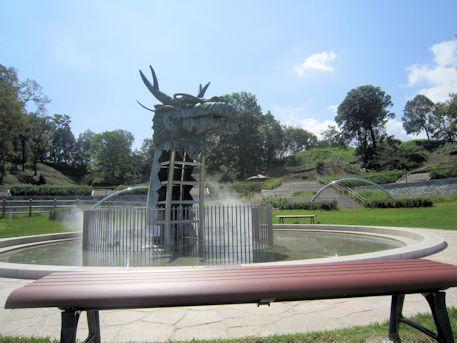 龍の広場のベンチ