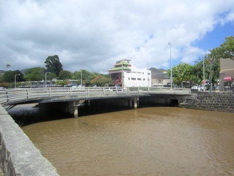 ヌウアヌ川の橋