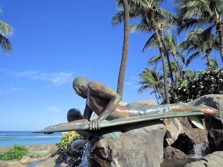 ハワイアンモンクシールと波に乗る少年の像