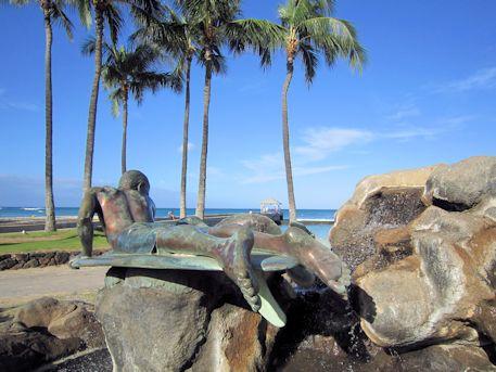 アザラシと波に乗る少年の像