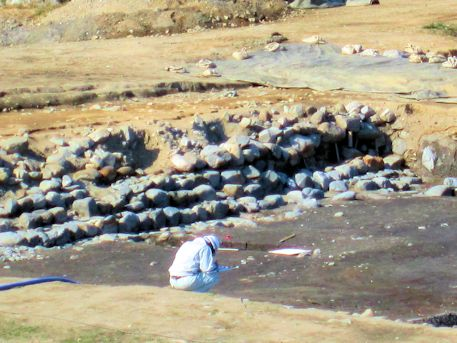 飛鳥京跡苑池北池の発掘現場
