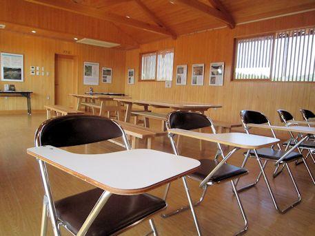 飛鳥京跡苑池休憩舎のビデオ鑑賞椅子
