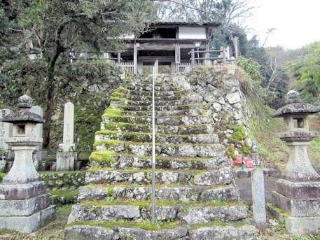 泉徳寺仁王門の石段