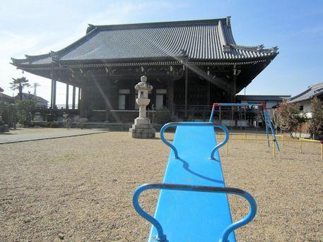 児童遊具と教行寺本堂