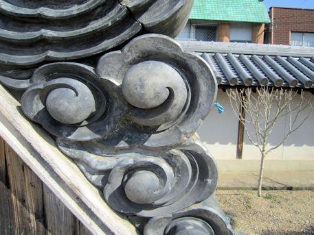 箸尾御坊の鬼瓦