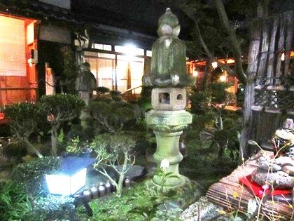 夜の大正楼中庭
