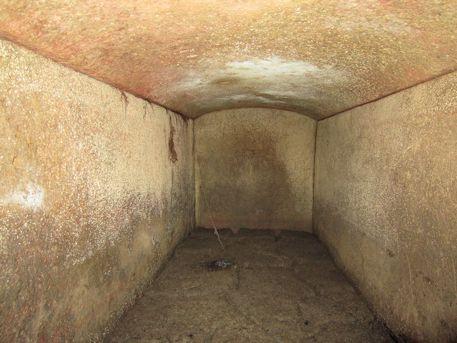 室宮山古墳の長持形石棺の中