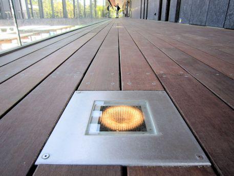 奈良公園バスターミナルの廊下照明