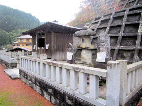 八井内地蔵堂とコンビニ