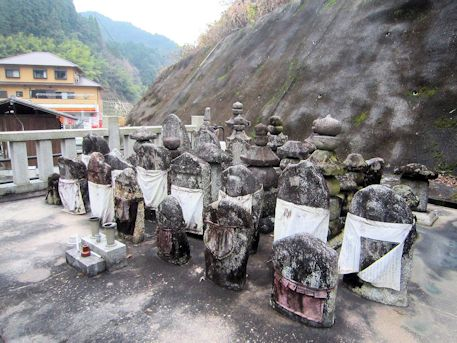 八井内地蔵堂の石仏群