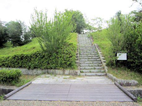 三陵墓西古墳の石段