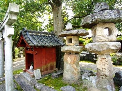 奈良豆比古神社の石燈籠