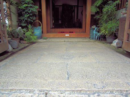 大正楼玄関の石畳