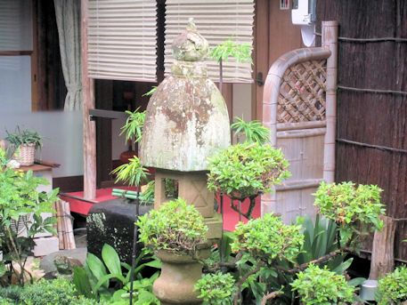 中庭の濡鷺型燈籠
