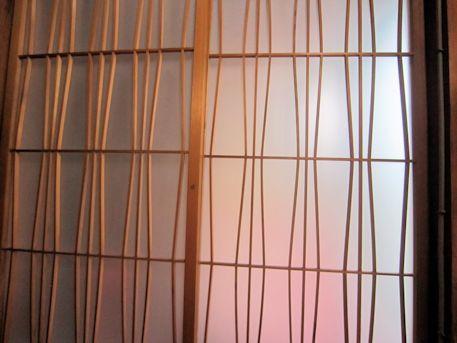 立涌文様のガラス戸