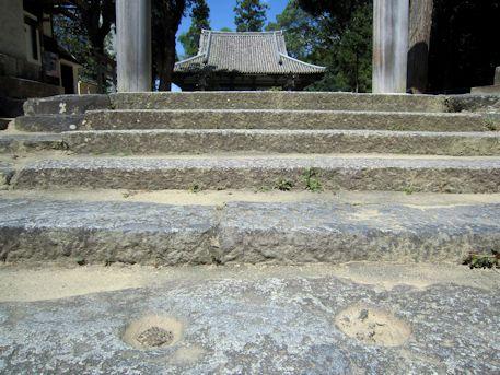大神神社若宮社の盃状穴