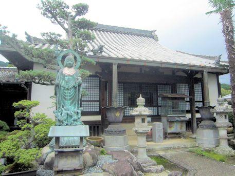 浄願寺本堂と子授け地蔵尊