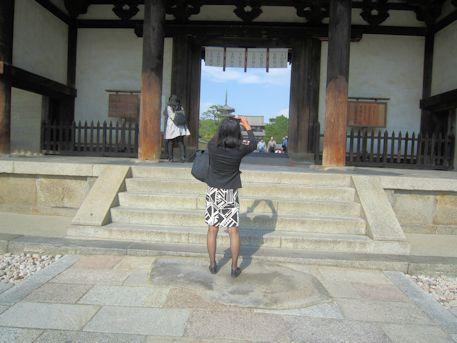 法隆寺南大門と観光客
