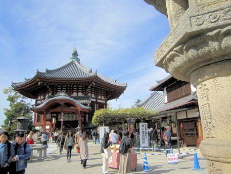 興福寺南円堂と石灯籠