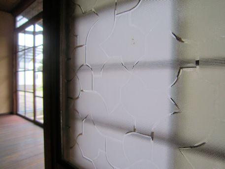 奈良町セミナーハウスのガラス戸