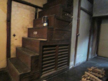 奈良町セミナーハウスの箱階段